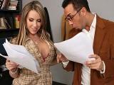 Le prof baise une étudiante aux gros seins