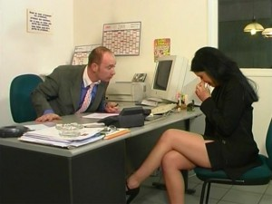 une jeune femme se fait baiser par son patron