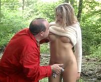 un homme mur baise une femme mari�e en pleine foret