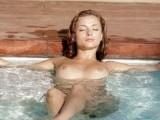 Branlette et jouissance au fond de la piscine pour cette cochonne