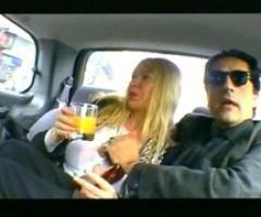 Femme m�re doublement bais�e dans une voiture