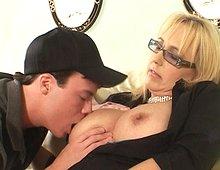 Jeune qui suce les seins d une mature