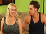 Une MILF apprend le sexe à son beau-fils