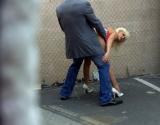 Un voyeur filme une partie de sexe dans la rue