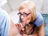 Jeune blonde en lunettes essaye sa premi�re fellation