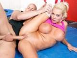 La luxurieuse Nikita se fait ramoner dans une salle de gym