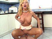 Blondasse mature bais�e par le plombier dans la cuisine