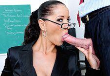 Cochonne prof de maths en lunettes bais�e dans sa salle de classe