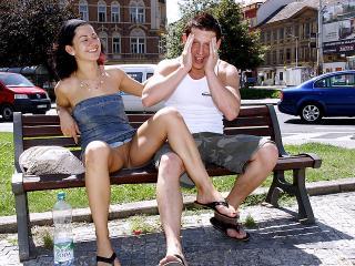 Une femelle exhibitionniste suce la queue de son jules dans la rue