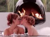 Deux sensuelles gouines se font des câlins chauds dans une baignoire