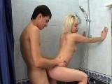 Pipe chaude et levrette sous la douche