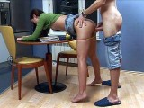 Julia d�pucel�e dans sa cuisine