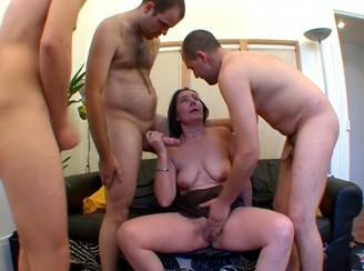 amatrice partouz�e par trois inconnus devant son mari !!