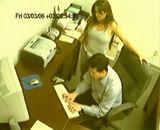 un patron filme en cachette sa secretaire baiser avec le chef du personnel