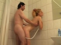 Teen bais�e par le proprio sous la douche