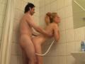 Teen bais�e par le proprio sous la douche