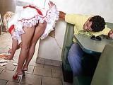 Une serveuse blonde et coquine se fait ramoner par son dernier client