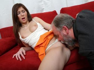 Vieux pervers baise la jeune voisine