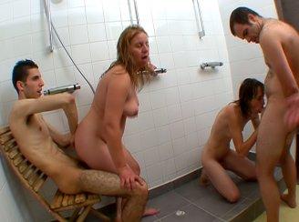 femme mari�es bais�es par 2 jeunes dans un club libertin !!