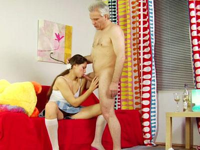 Cochonne étudiante baisée froidement par son beau-papa