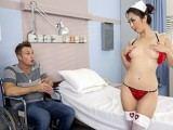 Infirmiere se met nue devant son patient
