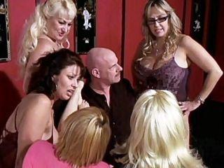 Papy va baiser 5 nanas dans une partouze