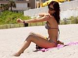 Belle brune dragu�e sur une plage se fait d�foncer � chaud