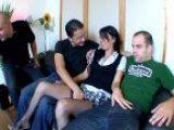 Un mari baise sa femme a plusieurs