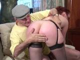 Papy tripotte la femme de menage puis la baise comme une salope