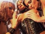 Les drôles de dame en cuir baisent férocement