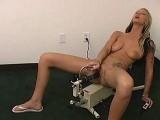 Une patiente tatouée se fait prendre par des machines à godes