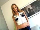 Jolie bombe sexuelle fait un strip en tenue de polici�re