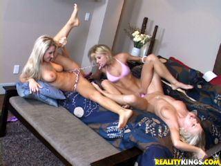 Trois lesbiennes s'enfoncent des godes � double face