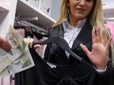 Bourgeoise blonde et sexy se fait décalquer dans un magasin pour fringues