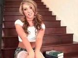 Je filme une charmante étudiante qui se gode