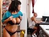 Il prend la chatte de la femme de ménage