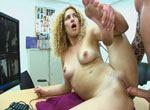Jeunette prise sur le bureau par un sexe enorme