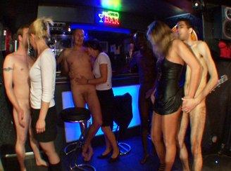 une orgie dans un club echangiste parisien !!