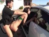Perte de virginité pour cette coquine contre une voiture