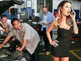 Des mécaniciens niquent une femme mature