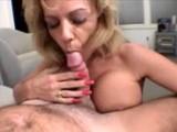 Une mamie aux gros seins fait une fellation