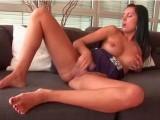 Pauline joue avec son clito à la cam