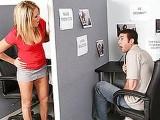 Une jolie blonde hyper bandante se fait niquer par son collège dans le bureau