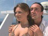 Jolie minette bais�e sur le bateau d'un milliardaire