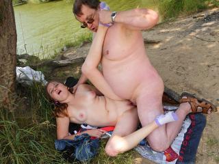 Vieux briscard ventru culbute une jeune cochonne dans les bois