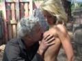 Un pervers baise une jeune blonde de 18 ans