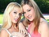 Cougar blonde lesbienne à gros seins avec une jeunette de 18 ans