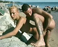 un amateur baise Delfynn Delage sur une plage naturiste