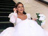 Jeune mari�e bais�e par son t�moin de mariage