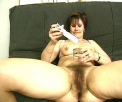 Mature au vagin poilu se tape une séance de branlette à la crème